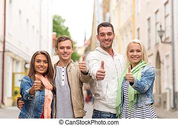 グループ, 提示, の上, 親指, 微笑, 友人