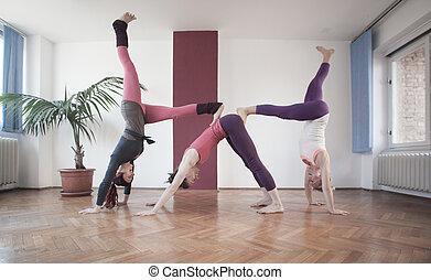 グループ, 練習する, ヨガ, 若い女性たち
