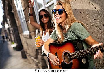 グループ, 若い, 持つこと, ギター, 楽しみ, 友人, 遊び, 女性