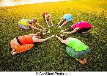 グループ, 若い, 練習する, 円, ヨガ, 女性