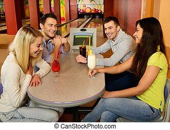 グループ, 談笑する, 人々, クラブ, 若い, 4, の後ろ, ボウリング, テーブル, 微笑