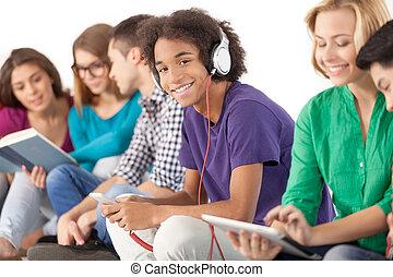 グループ, carefree., 隔離された, 一緒に, 若い, 出費, 間, 生徒, 多民族, 時間, 白