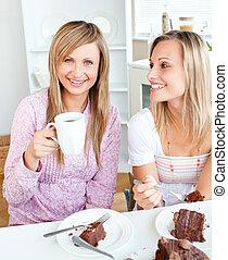 ケーキ, 友人, チョコレート, うれしい, 女性, 食事が飲む, 台所, 家