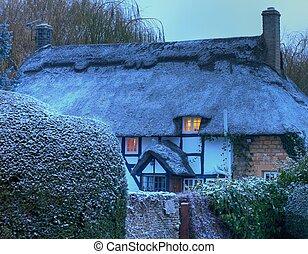 コテッジ, thatched, 雪