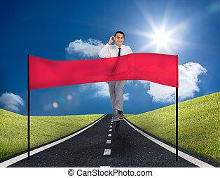 コピースペース, 旗, 微笑, ビジネスマン, 道, 動くこと, 前部, 彼, 若い