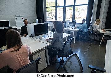 コンピュータ, 協力者, 忙しい, グループ, ビジネス, 働いている人達, 成功した, オフィスの 仕事, 創造的, 混合, 概念, レース, チーム, 使うこと