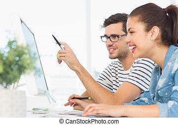 コンピュータ, 恋人, 労働者のオフィス, 若い, 幸せ