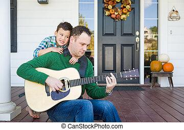 コーカサス人, 中国語, 父, 若い, 息子, ギター, レース, 混ぜられた, 歌うこと, 遊び, 歌