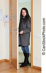 コート, 女, ドア, 錠を開けること