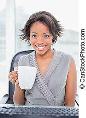 コーヒーカップ, 女性実業家, カメラ, 保有物, 微笑