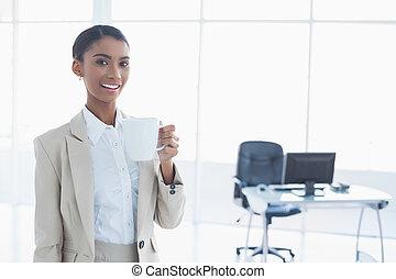コーヒーカップ, 女性実業家, 優雅である, 保有物, 微笑