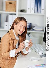 コーヒーカップ, 女性実業家, 確信した, 保有物, 机