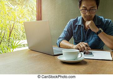 コーヒーカップ, 木製である, ラップトップ, 携帯電話, desk., ビジネスマン, 使うこと