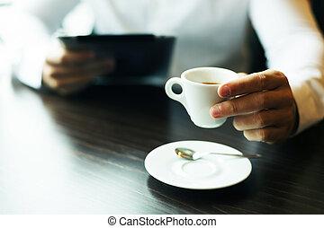 コーヒー, タブレット, カップ, 手。, ぼんやりさせられた, コンピュータ, もう1(つ・人)