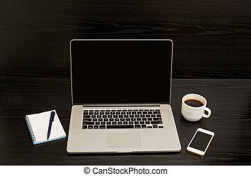 コーヒー, メモ用紙, 電話, ラップトップ, 大袈裟な表情をしなさい, 黒い背景, 開いた