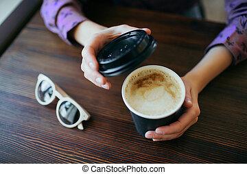 コーヒー, 保有物, cup., カップ, 手, ペーパー, 女性, テークアウト