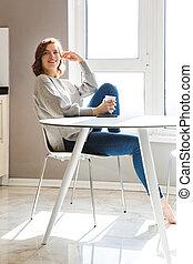 コーヒー, 女性の モデル, 若い, 間, テーブル, 微笑, 飲むこと