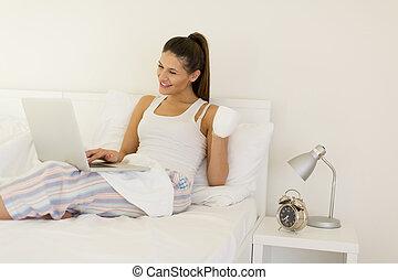 コーヒー, 女, お茶, ラップトップ, ベッド, コンピュータ, 使うこと, 家, 飲むこと, ∥あるいは∥