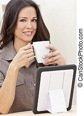 コーヒー, 女, タブレット, お茶, コンピュータ, 使うこと, 家, 飲むこと, ∥あるいは∥