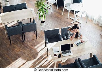 コーヒー, 女, 彼女, 仕事, モデル, ラップトップ, カップ, 偶然に, 若い, work., 魅力的, 女性, 退屈させられた, cafe.