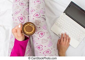 コーヒー, 女, 持つこと, ベッド, カップ