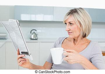 コーヒー, 女, 間, 新聞, 飲むこと, 読書, 台所