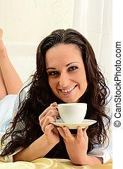 コーヒー, 女, 飲むこと, 若い, ベッド