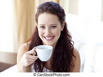 コーヒー, 寝室, カップ, 微笑の 女性, 飲むこと