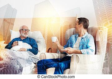コーヒー, 彼の, ハンサム, 息子, 見る, 間, 飲むこと, 年を取った, 彼, 人