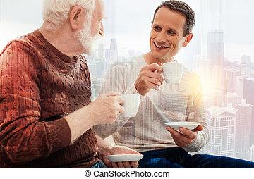 コーヒー, 彼の, モデル, 父, 若い, 間, 微笑, 年を取った, 飲むこと, 人