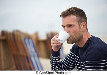コーヒー, 彼の, 若い, 飲むこと, 浜, 人