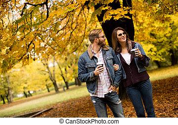 コーヒー, 恋人, 公園, 歩くこと, 若い, 秋, カップ, 幸せ