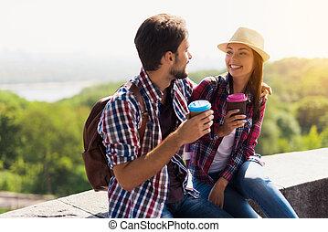 コーヒー, 持ちなさい, mall., 恋人, 若い, 観光客, 彼ら, 飲むこと, books., 旅行
