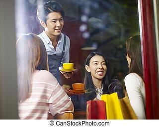 コーヒー, 給仕, ウエーター, 顧客, 若い, アジア人, 微笑