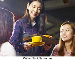 コーヒー, 給仕, 顧客, 若い, アジア人, 微笑, ウェートレス