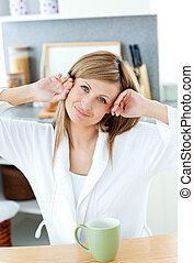 コーヒー, 美しい, 保有物のコップ, 台所, 女