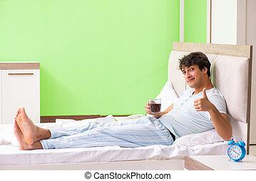 コーヒー, 若い, ベッド, 飲むこと, ハンサム, 人