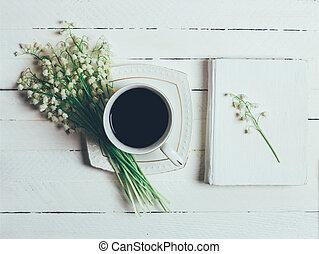 コーヒー, 谷, カップ, 花束, 上, 本, 木製である, 白い花, ユリ, テーブル, 光景
