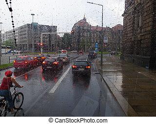 サイクリスト, 自動車, a, バス, 雨, 中に, ドレスデン, ドイツ