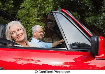 サイド光景, の, 成長した カップル, 運転, 赤, コンバーチブル