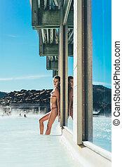 サイド光景, の, 美しい, 若い女性, ポーズを取る, 間, 弛緩, 中に, 暑い, プール, 中に, アイスランド