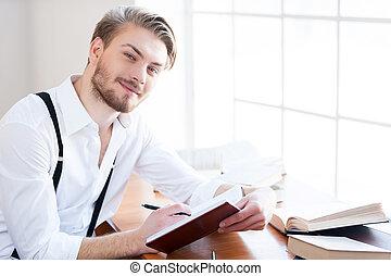 サスペンダー, 彼の, ワイシャツ, 仕事, モデル, 促される, 若い, 執筆, メモ, 間, カメラ, パッド, 何か, 場所, 微笑の人, author., ハンサム
