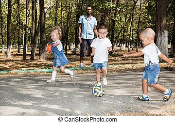 サッカー, 使用, ボール, グループ, 自然, 公園, それ, 遊び, 概念, 赤ん坊, スポーツ, summer...