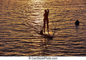 サーフィンをしなさい, の上, かい, 立ちなさい, 一口, 女の子