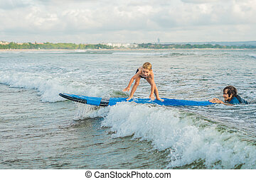 サーフィンをしなさい, 彼の, 古い, concept., 旅行, ∥あるいは∥, 父, 休暇, サーフィン, 息子, いかに, holiday., 子供, 4, 海, 年, 教授, レッスン, スポーツ, 子供, 教官