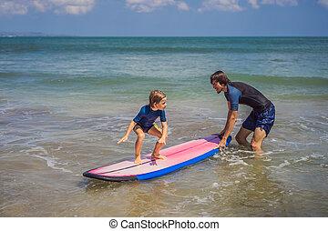 サーフィンをしなさい, 彼の, 古い, concept., 旅行, ∥あるいは∥, 父, 休暇, サーフィン, 息子, いかに, holiday., 子供, 5, 教官, 海, 年, 教授, レッスン, スポーツ, 子供