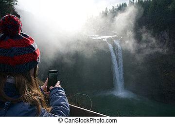 シアトル, ワシントン州, 米国, -, 1月, 23rd, 2017:, 木, ∥で∥, ∥, もや, 景色の 眺め, の, snoqualmie, 秋, ∥で∥, 女, 写真を撮る, ∥で∥, 彼女, smartphone, クローズアップ, いつか, 大いに, の, 霧, ∥で∥, 太陽ライト