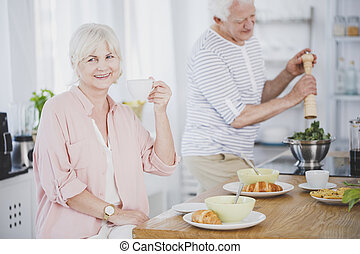 シニア, お茶, 微笑の 女性, 飲むこと
