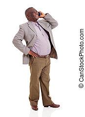 シニア, アフリカの男, 話し続けている携帯電話