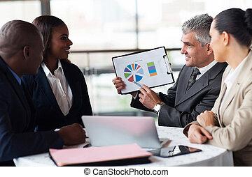 シニア, ビジネスマン, 提示, a, グラフ, へ, ビジネス チーム